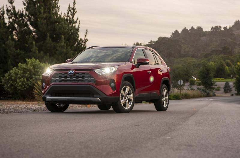 美國加州23日宣布,將於2035年起禁止販售新的汽油客車與貨車,加速將汽油車汰換為電動車的進度。圖為油電混合車示意圖。(美聯社檔案照)