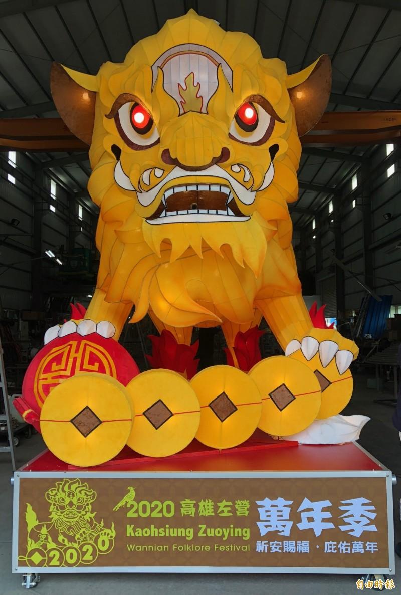 高雄市政府打造高4.5米、重240公斤的金獅搶先曝光。(記者陳文嬋攝)