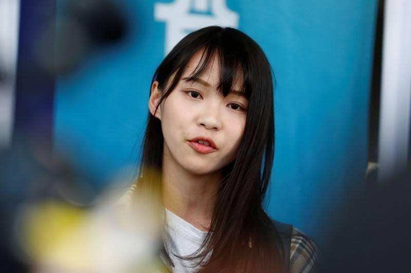 前香港眾志副秘書長周庭(見圖)今晚也同樣到警署報到,稍早她先表示「希望能安全歸來」,目前她也出面報平安,表示「一切順利」。(路透)