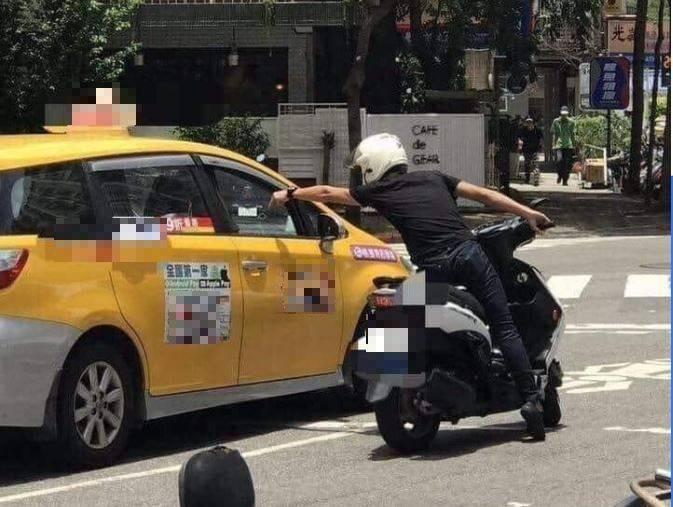 原PO貼出正在與計程車司機爭執的機車騎士。(圖擷自爆廢公社)