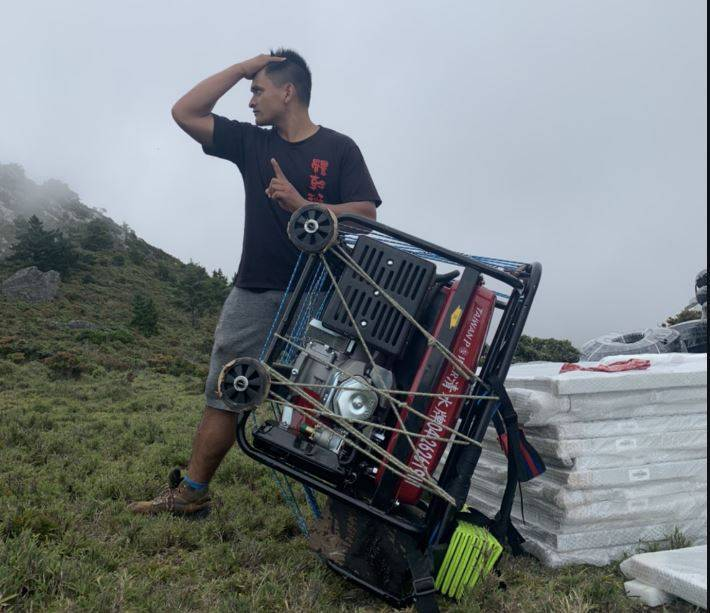 布農族鋼鐵人「比勇」23日獨自把100公斤重的發電機揹上山,讓不少路過山友直呼「神人」。(圖由「嘉明湖熊出沒企業社」授權提供)