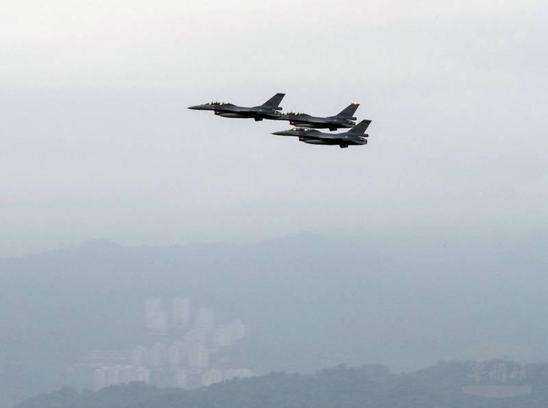 國慶籌委會今天進行空中兵力預演,F-16戰機以三機編隊通過臺北市區上空。(圖:軍聞社提供)