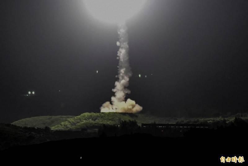 中科院暗夜飛彈試射氣勢驚人,圖為屏東九鵬基地內垂直發射飛彈升空。(記者蔡宗憲攝)