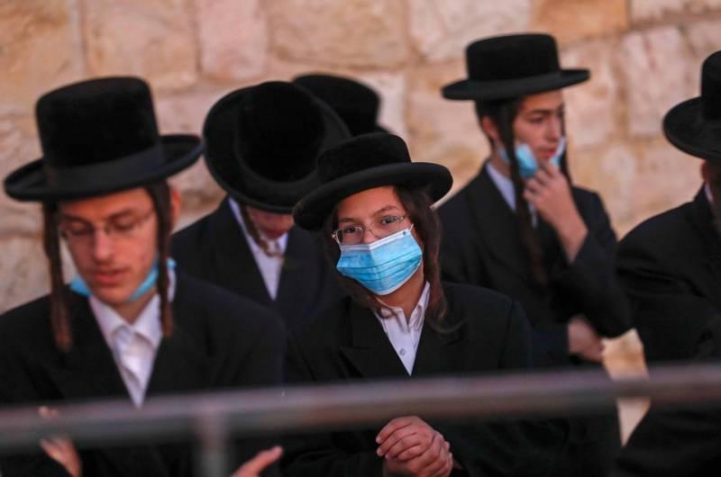 以色列總理納坦雅胡日前宣布將二度全國封鎖,但新措施將禁止民眾前往大型集會,引發批評。圖為以色列民眾。(法新社)