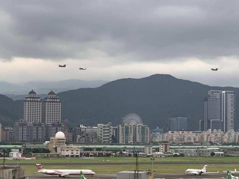 網友在PTT八卦板上傳拍到的戰機照。(圖翻攝自PTT)