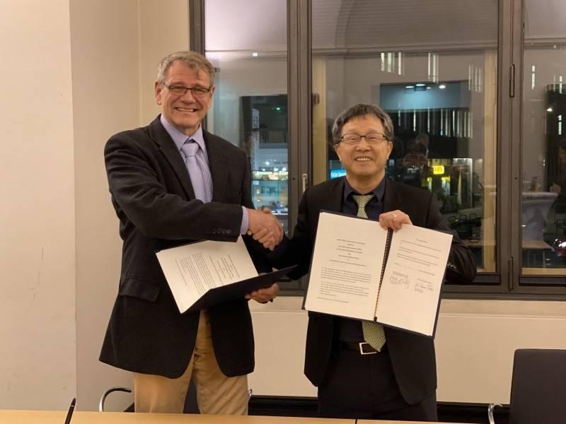 我駐德代表謝志偉今(24)日表示,近日數位政委唐鳳與德國議員進行「人工智慧」視訊會議的對話,而會議上的主持人則以「台灣大使館的謝大使」的頭銜,感謝他促成邀請。圖為謝志偉(右)與德國駐台代表王子陶(左)去年12月在柏林簽署互換駕照的合作意向書。(中央社資料照)