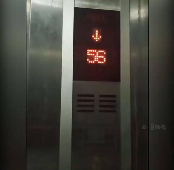 原PO貼出搭電梯的過程,面板顯示很奇怪。(圖擷自爆廢公社)