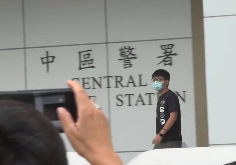 黃之鋒稍早獲准保釋,並將於30日再到東區法院出庭,他表示,事隔一年才被捕,警方根本是「沒事找事告」,可能要用這樣的方法讓涉案人士無法離開香港。(圖取自《立場新聞》直播)