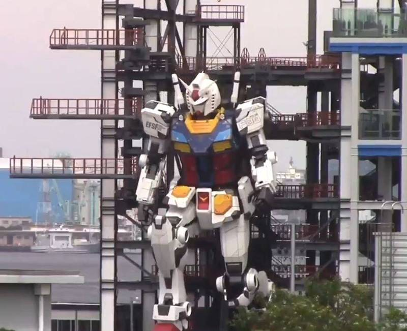 影片中出現的鋼彈RX-78高達18公尺、重達25噸,全身除手掌外24處關節可自由活動。(擷取自推特)