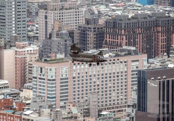 陸軍CH-47SD運輸直升機今天低空飛越北市上空。(圖:軍聞社提供)