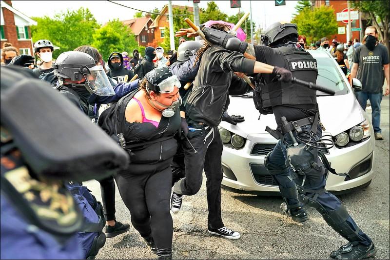 今年3月在美國肯塔基州誤殺非裔女子泰勒的3名白人警察,無人被起訴的消息23日傳出後,隨即引發當地大規模抗議及警民衝突。(美聯社)