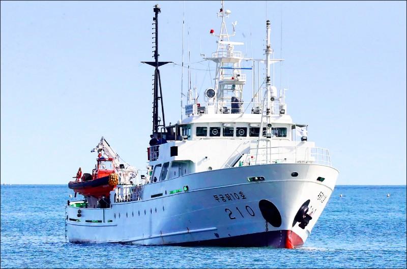 一名企圖向北韓投誠的南韓漁業官員,在延坪島附近從巡護船上跳海,進入北韓水域後卻遭擊斃與焚屍。圖為南韓漁護船(美聯社)。