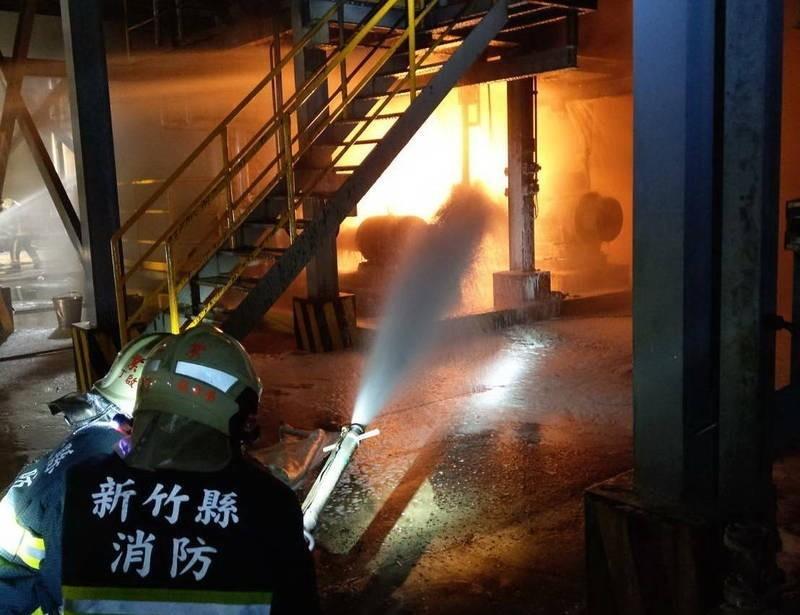 遠化新埔總廠的北廠道生油外洩事件,因為無法立刻關閉油氣外洩,演變成廠區火災。(記者蔡彰盛翻攝)