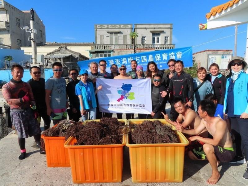 海保署將招考第一屆海洋保育巡查員40人,有意者儘速報名。圖為海保署與台灣澎湖南方四島保育協會舉辦「海