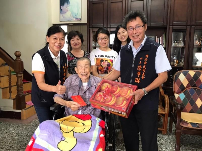 頭份市長羅雪珠於今天親至9位百歲人瑞家中,致贈秋節敬老禮金及禮盒,祝福長輩們秋節愉快。(圖由市公所提供)