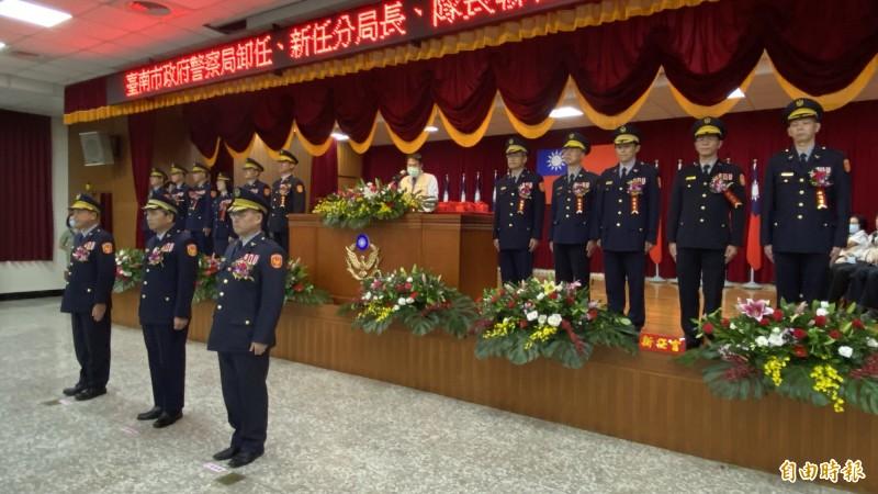 台南市警察局包括3位副局長、10位分局長在內有19位高階警官今到任,為分局長舉辦聯合交接。(記者楊金城攝)