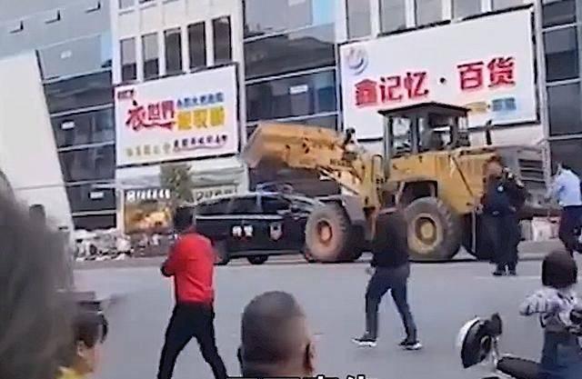 中國1名男子開著鏟土機砸毀警車,影片在微博瘋傳。(圖取自微博)