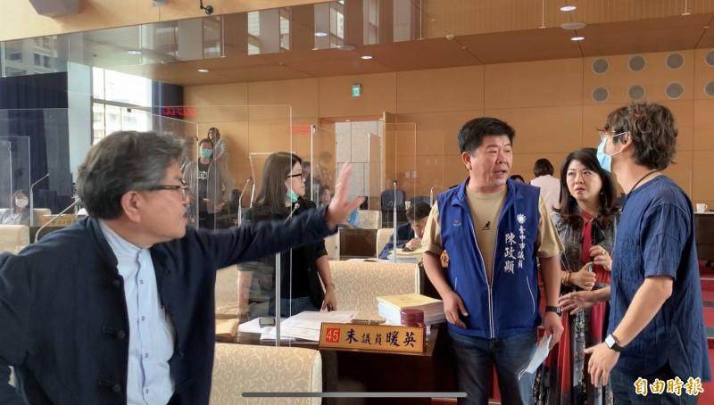 台中市議會大會首日一開始即因變更議事程序一事,國民兩黨議員爆發言語衝突。(記者蔡淑媛攝)