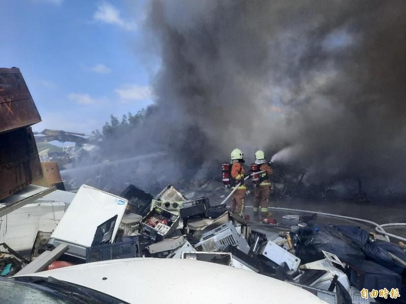 馬公廢五金回收場發生火警,引發的戴奧辛毒氣濃煙蔽天。(記者劉禹慶攝)