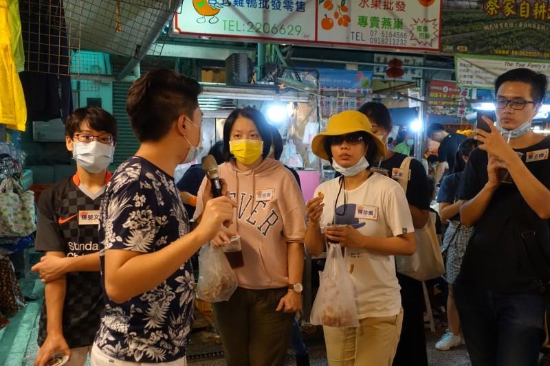 南市文化局今天舉辦「台南菜市巡禮」活動,帶領學員走逛百年老菜市場。(記者洪瑞琴翻攝)