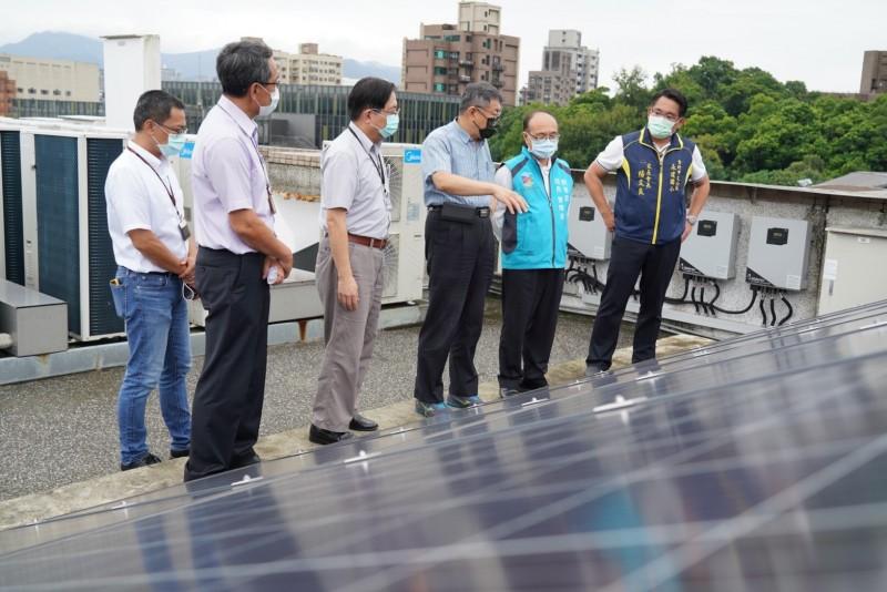 台北市長柯文哲(右三)前往北市永建國小視察綠建築、校園降溫推動的成效。(台北市教育局提供)