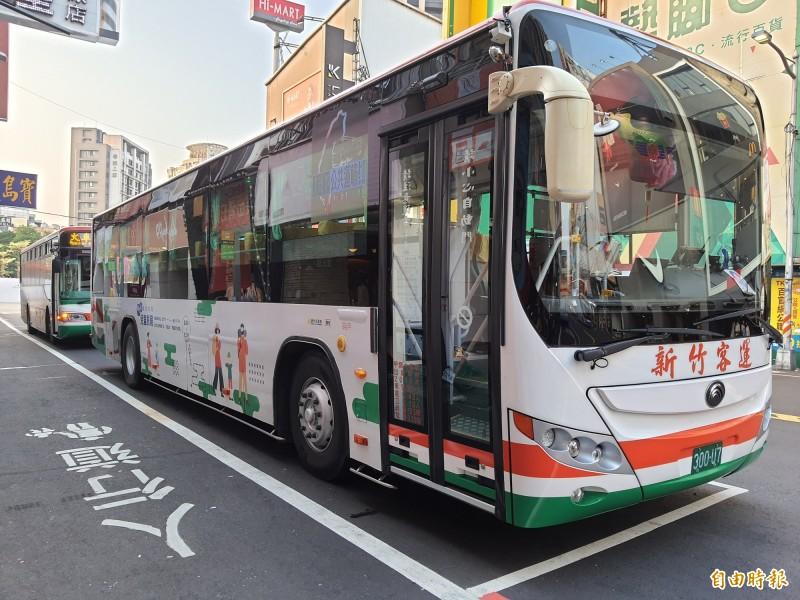 新竹市政府主辦台灣設計展,已規畫3條接駁車路線,並提供1100個停車空間,因應假日每天3萬人次的運輸量。(記者洪美秀攝)