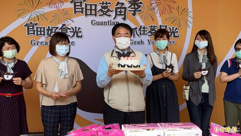 台南市長黃偉哲今天為官田菱角節站台宣傳,剛好是他57歲的生日,獲贈生日蛋糕是特別的菱角蛋糕。(記者楊金城攝)