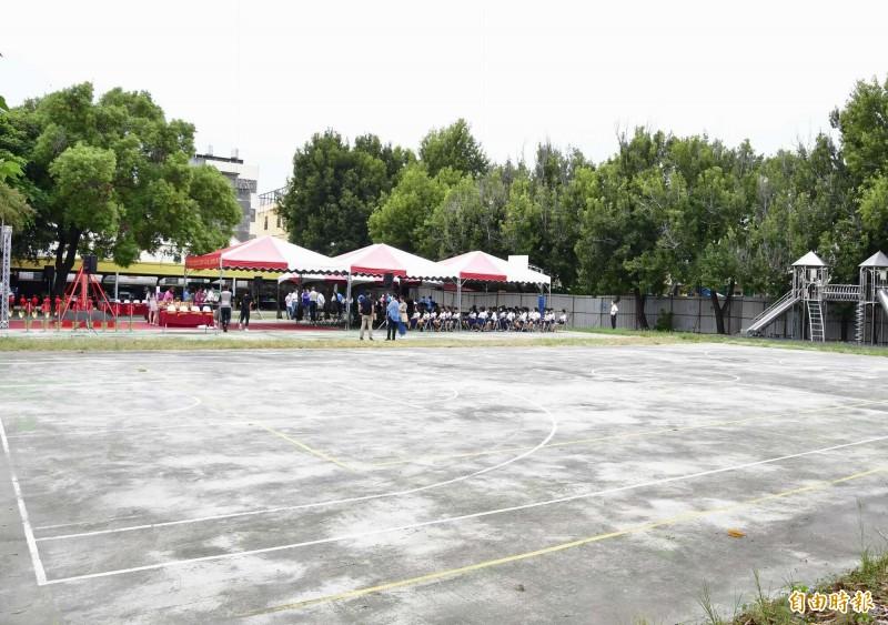 秀水鄉明正國小活動中心預定地,總面積高達450坪。(記者湯世名攝)