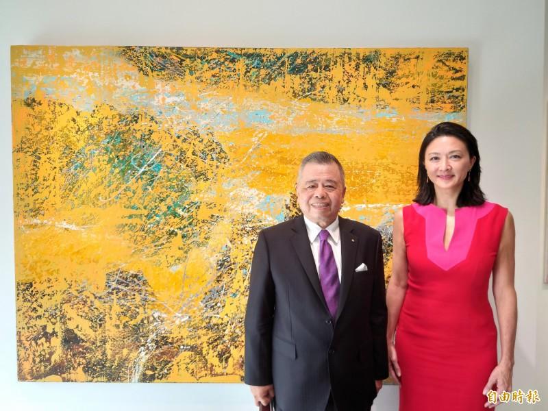 正藝美學空間創辦人錢胡家琪(右),邀請廣告與建築界前輩謝義錩(左)來台南館展作。(記者洪瑞琴攝)