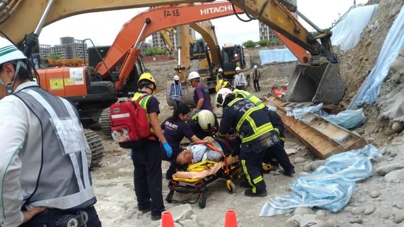 74歲老工人幸運逃過死劫,僅右腳骨折。(記者張瑞楨翻攝)