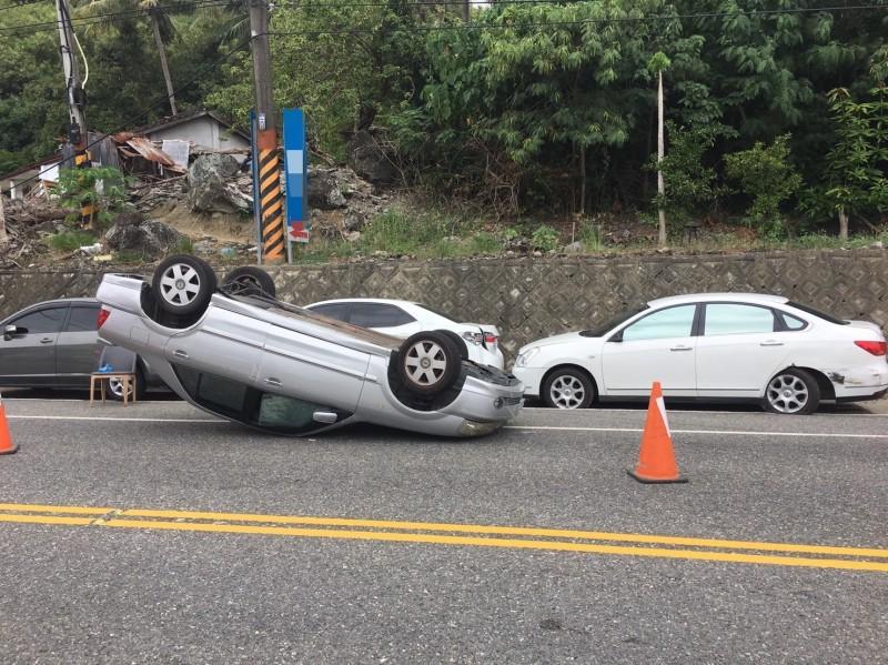 東海岸富山路段1車撞及路邊3車後翻覆。(記者黃明堂翻攝)
