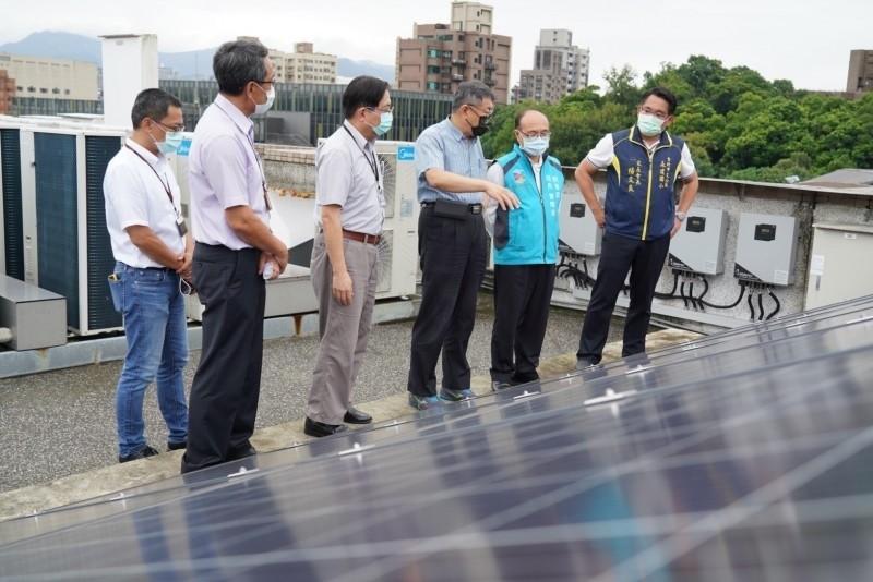 圖為台北市長柯文哲(右3)前往北市永建國小視察綠建築、校園降溫推動的成效。(台北市教育局提供)