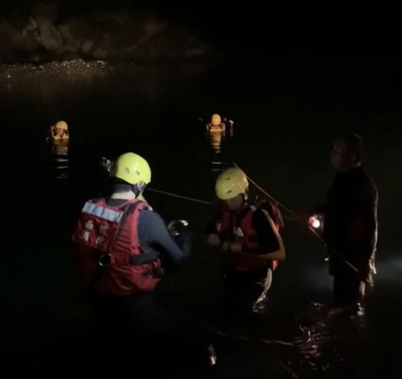 消防隊員動用潛水裝備,於疑似釣客落水失蹤的深潭搜尋。(民眾提供)