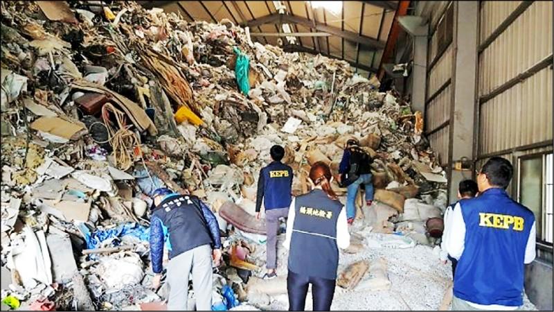 男子郭哲瑋以「先租後棄」手法承租土地或廠房,短短1年在高雄製造11處「垃圾山」,總計偷倒1萬8千多公噸廢棄物。(記者蔡清華翻攝)