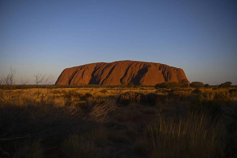 澳洲巨岩烏盧魯(Uluru)又稱艾爾斯岩(Ayers Rock),自2019年10月27日起全面禁止遊客攀爬。(歐新社)