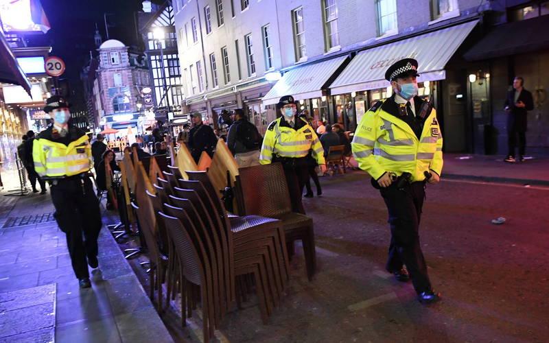 英國英格蘭地區開始實施防疫禁令,警方也嚴格執行店家是否準時於晚上10時關閉店鋪,並呼籲民眾須戴上口罩,否則將面臨高額罰款。圖為示意照。(歐新社)