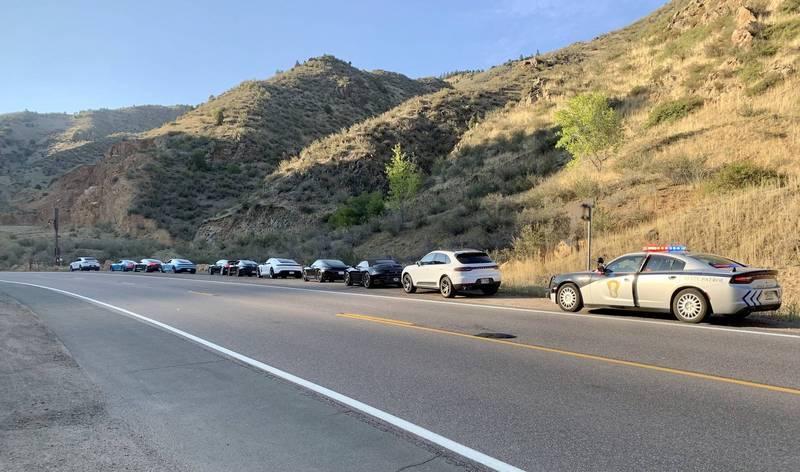 美國科羅拉多州巡警隊,在公路上攔下10輛超速的保時捷。(圖擷自科羅拉多州巡警隊CSP Gaming推特)
