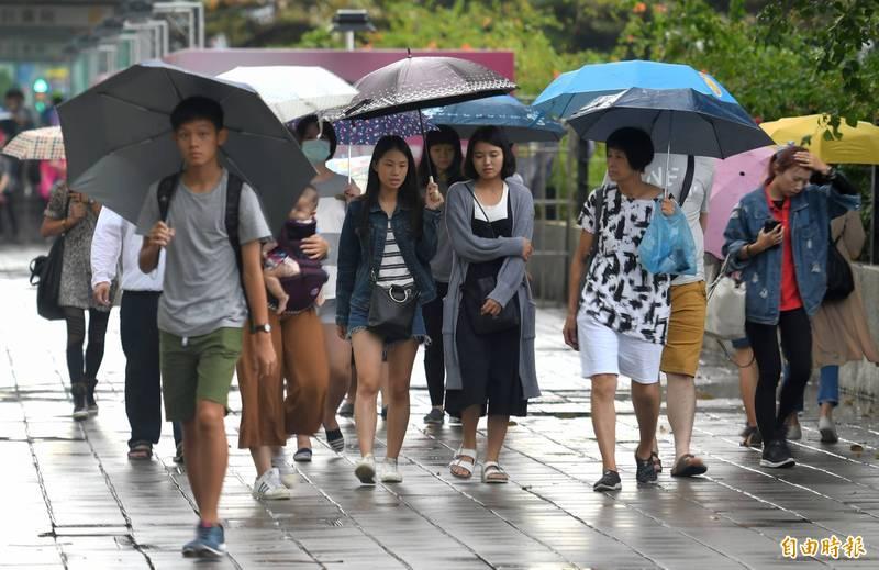 中央氣象局指出,今天(26日)白天桃園以北以及東半部有局部短暫雨。(資料照)