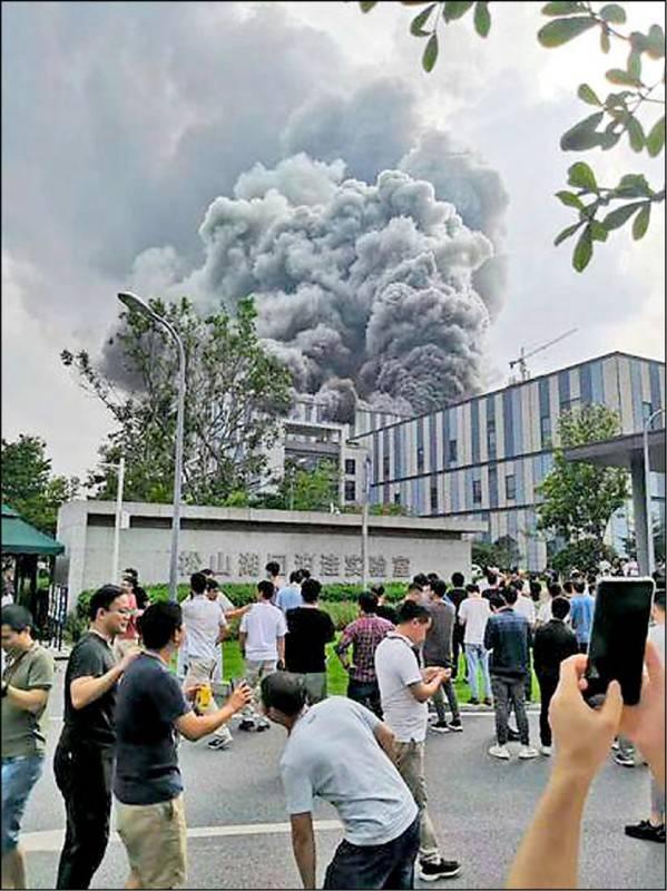 華為在廣東東莞市松山湖園區的研發實驗室25日下午發生大火,現場濃煙沖天。(取自新浪科技微博)