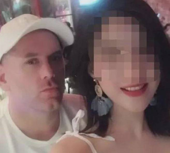 美國一名43歲的已婚男子梅納德,利用部分亞洲女性迷戀洋男的憧憬,在中國假裝單身欺騙不少女子感情,更自稱10年來達成千人斬。(圖擷取自微博)