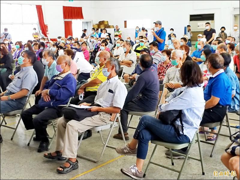 新竹縣政府昨天召開關西鎮道路系統改善工程可行性評估地方說明會,民眾發言踴躍。(記者廖雪茹攝)
