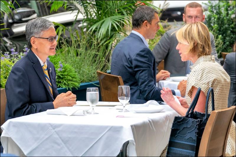 擔任美國常駐聯合國代表團團長的美國外交官凱莉.克拉夫特(右),與台灣大使級的駐紐約台北經濟文化辦事處處長李光章(左),在戶外共進午餐。(美聯社)