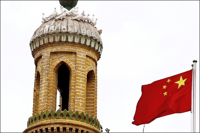 位於中國新疆維吾爾自治區的歷史古城喀什市為中國最西端城市,當地艾提尕爾清真寺是新疆最大清真寺,也是中亞最有影響力的清真寺之一,中國政府列為最高等級保護文化。(路透)