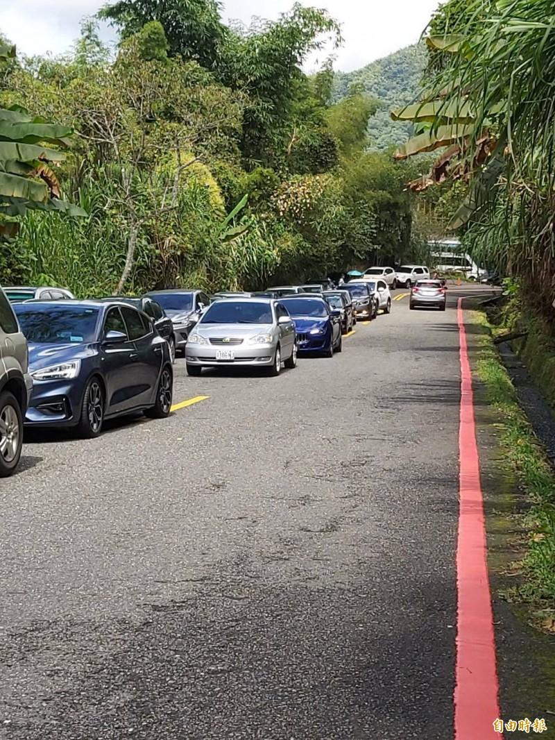 溪頭自然教育園區後門停車場對外通道米堤街,最近道路兩側均劃紅線,違停小心受罰。(記者張協昇攝)