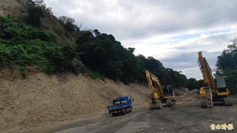 台東之眼工程最後一里路的鯉魚山巷道新闢工程動工,預計年底完成。(記者黃明堂攝)