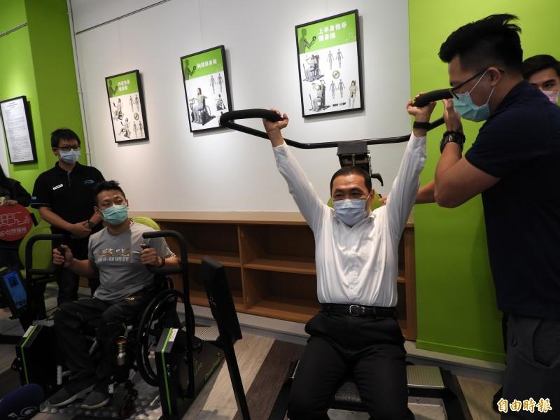 新北市首座專為身障朋友打造的健身房今天啟用,市長侯友宜與身障運動選手一起體驗設施。(記者賴筱桐攝)