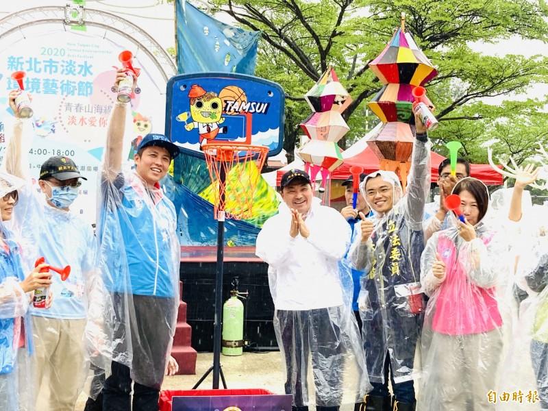新北市長侯友宜(右三)今天出席淡水老街踩街活動。(記者陳心瑜攝)