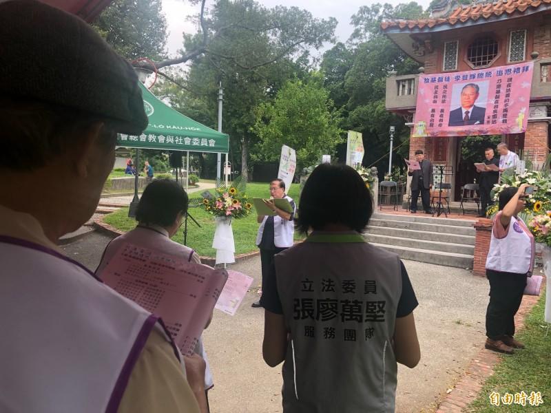 多個民間社團在台中公園更樓前舉辦前總統李登耀追思禮拜。(記者許國楨攝)