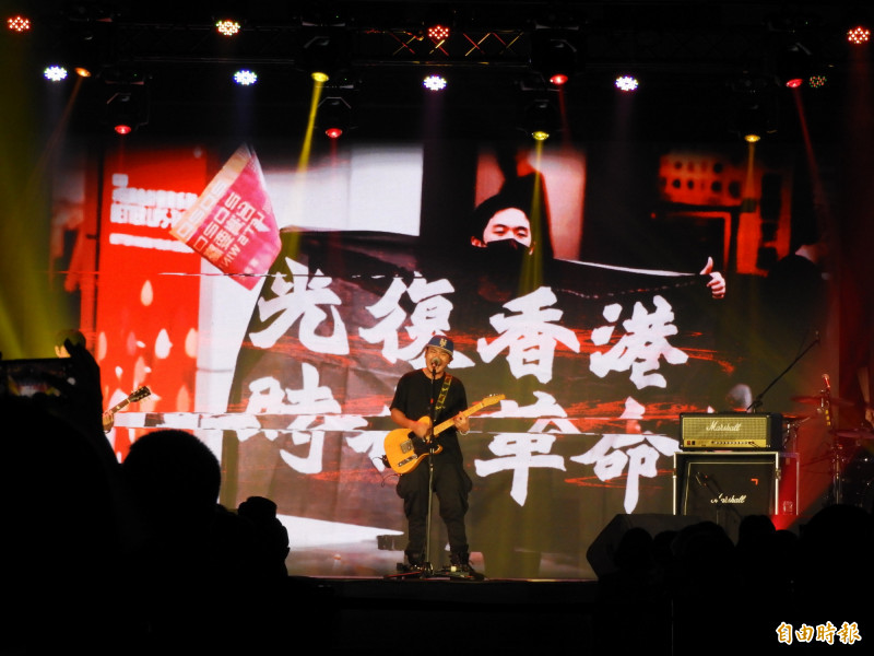 搖滾樂團滅火器壓軸演唱「雙城記」、「島嶼天光」等多首歌曲,帶動全場觀眾隨著旋律揮手擺動,大螢幕也撥放「光復香港、時代革命」畫面。(記者陳鈺馥攝)