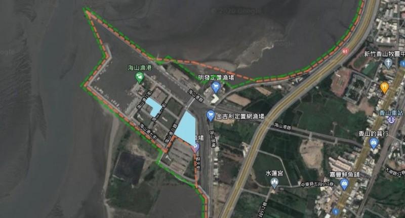 新竹市擬在海山漁港設置太陽能光電板,但有環團憂心候鳥黑面琵鷺的棲息地會受干擾。圖中藍色為預定設置處。(記者洪美秀翻攝)